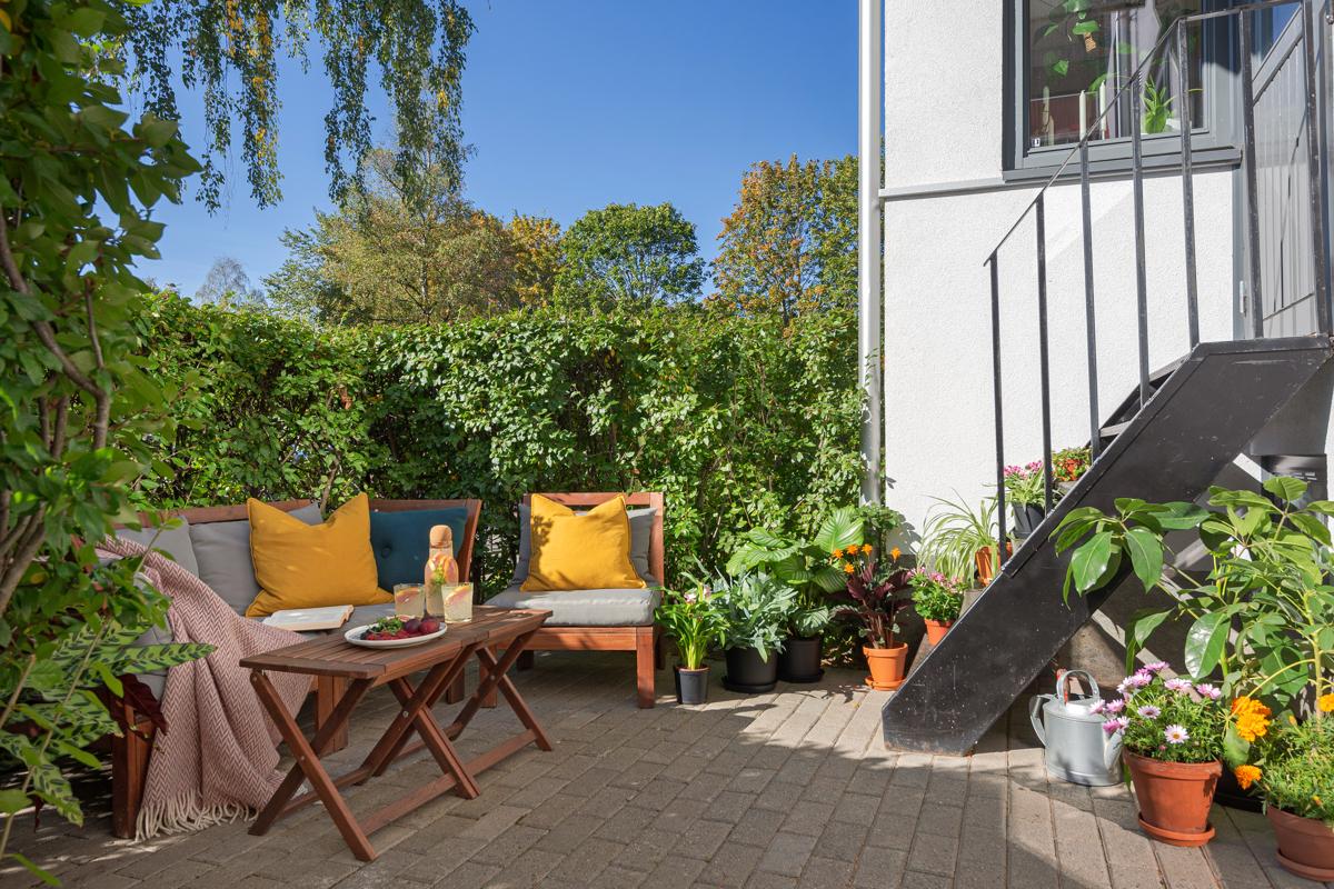 Velkommen til Stavangergata 1 og denne utrolig lekre og gjennomførte 3-roms leiligheten, i usedvanlig høy 1. etasje, beliggende på Sagene.