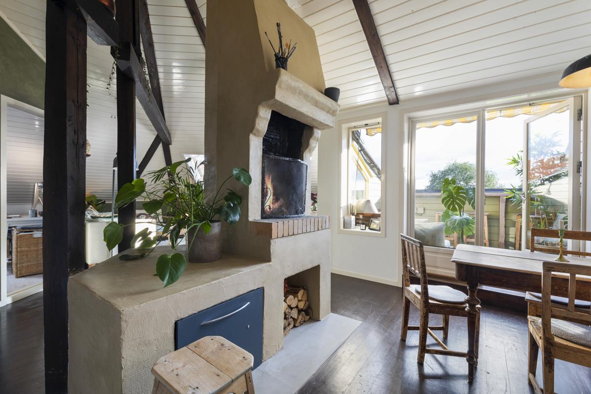 Kjerstin Falkum (922 04 707) ved Schala & Partners har gleden av å presentere denne unike og supersjarmerende leiligheten i Helgesens gate 66A!