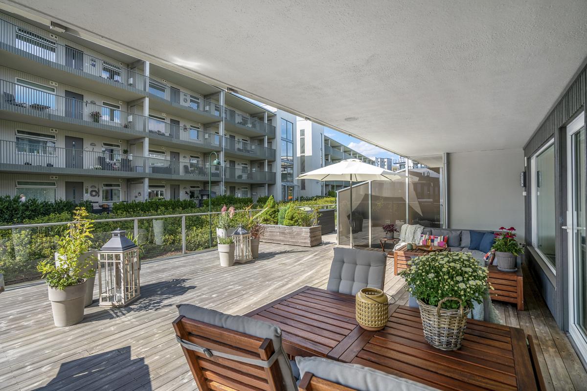 Velkommen til denne romslige endeleiligheten med stor vestvendt terrasse fint beliggende på Jeløy!