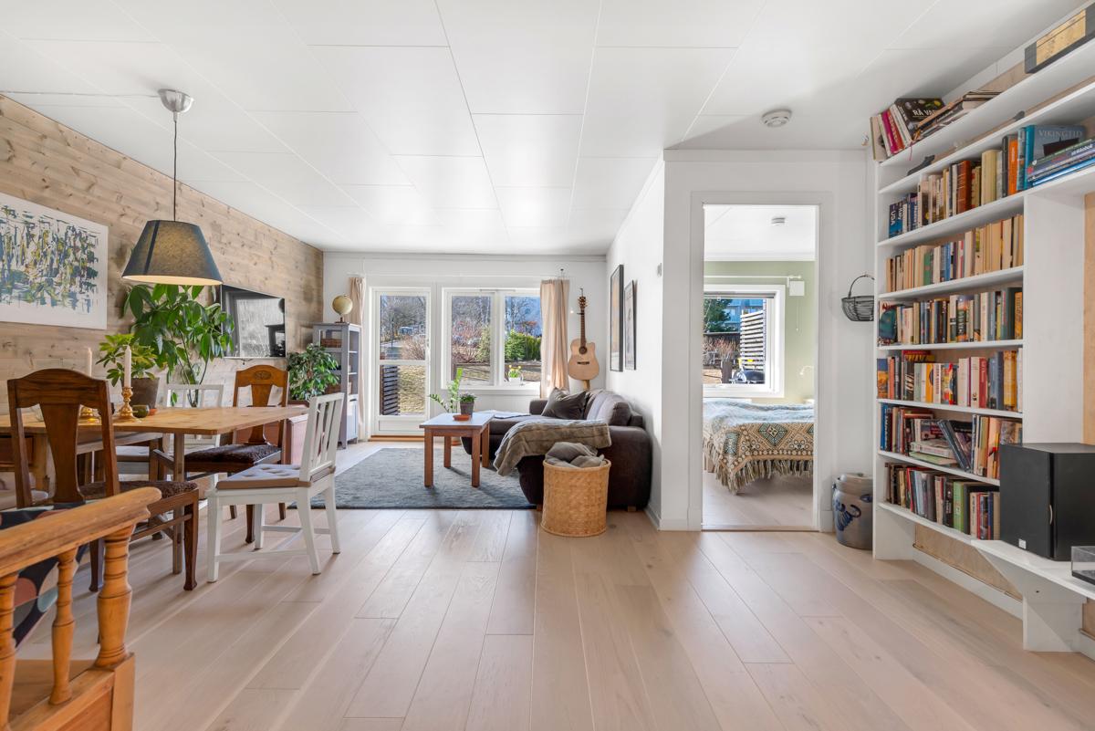 Lys og luftig stue med god plass til sittegruppe og spisebord