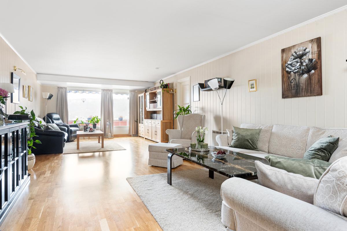 Velkommen til Tokerudberget 13 - En svært stor, lys og pen 4-roms selveierleilighet med flere gode kvaliteter.