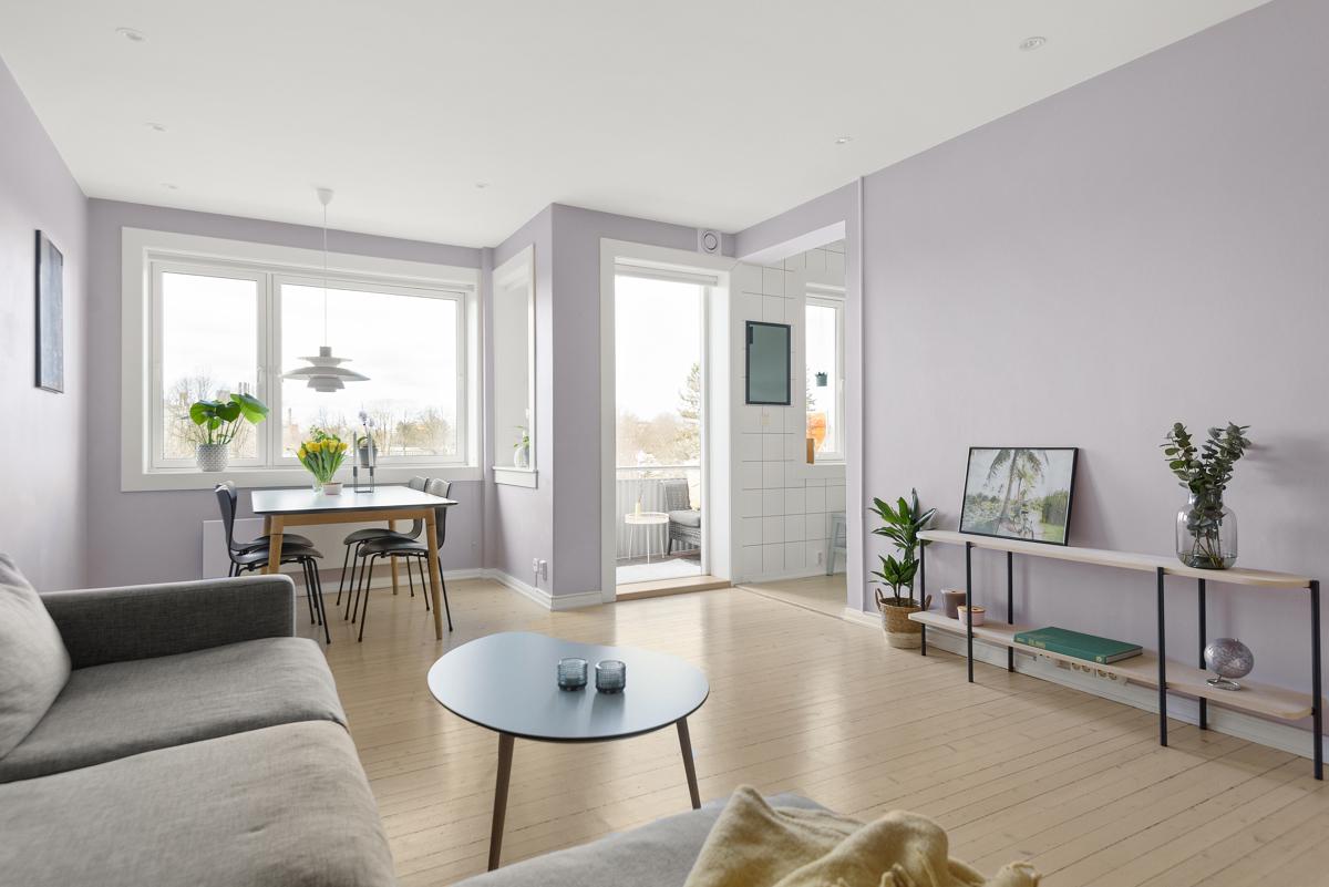Lys og fin 3-roms beliggende høyt og usjenert i bygårdens 4. etasje, og med en gjennomgående og god planløsning.